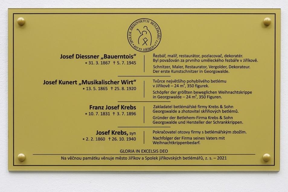 Auf der Tafel stehen die Namen von verstorbenen Krippenschnitzern aus Jiříkov.