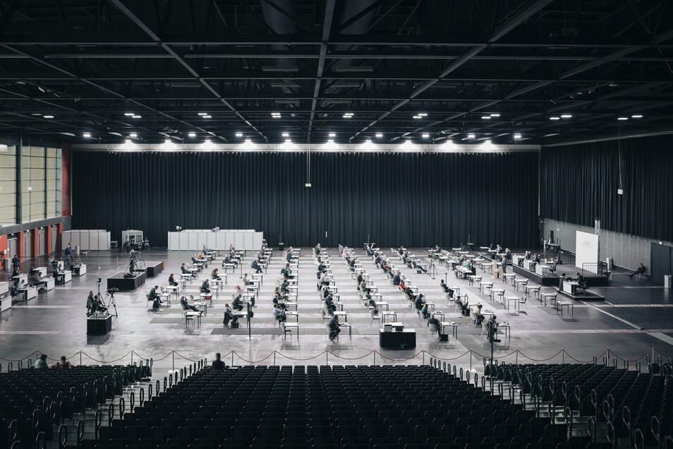 """Mit Abstand in der Messehalle Bremen. Ein Foto aus der Serie """"Corona Rhapsody"""" von Rafale Heygster/Helena Manhartsberger"""