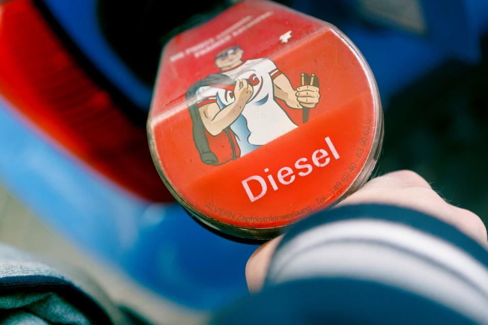 An den Tankstellen gibt es derzeit speziellen Winterdiesel zu zapfen - fällt das Thermometer auf weniger als 22 Grad minus, stößt aber auch der an Grenzen.