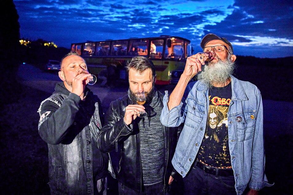 """""""Gute Tropfen in schöner Heimat genießen."""" Frank Hommel (r.) mit Sohn Lars (l.) und Kumpel Marcus Albrecht beim Whisky kosten am Lilienstein."""