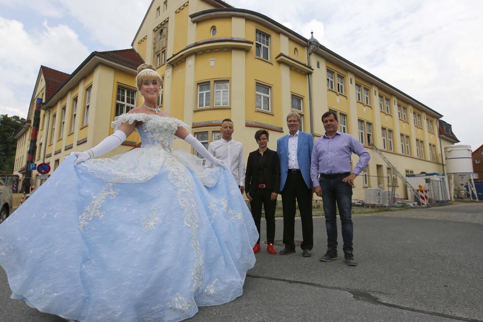 Willkommen zum Ball: Noch ist es nicht so weit. Aber im Dezember soll das Kulturhaus in Großröhrsdorf nach zehn Jahren Leerstand wieder öffnen - unter dem Namen Rödersaal.