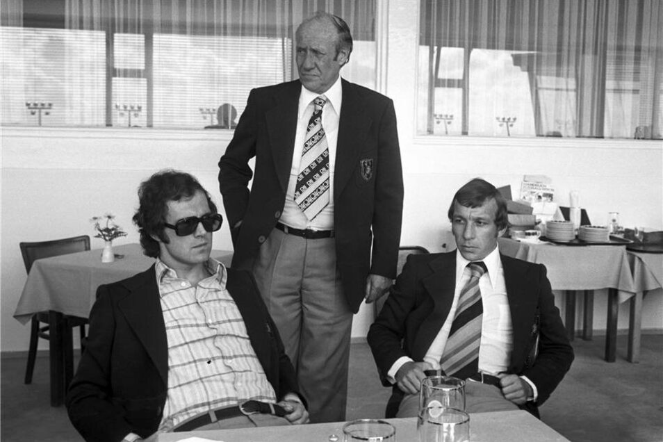 Franz Beckenbauer (l-r), Bundestrainer Helmut Schön und Horst-Dieter Höttges im Mai 1974 in Malente.
