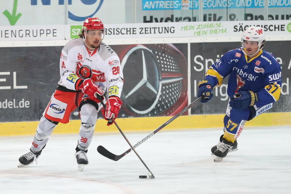 Andrew Clark (rechts) gab am Dienstagabend sein Debüt für die Lausitzer Füchse. Gegen die Eispiraten Crimmitschau (links Patrick Pohl) musste er im Sachsenderby eine Niederlage einstecken.