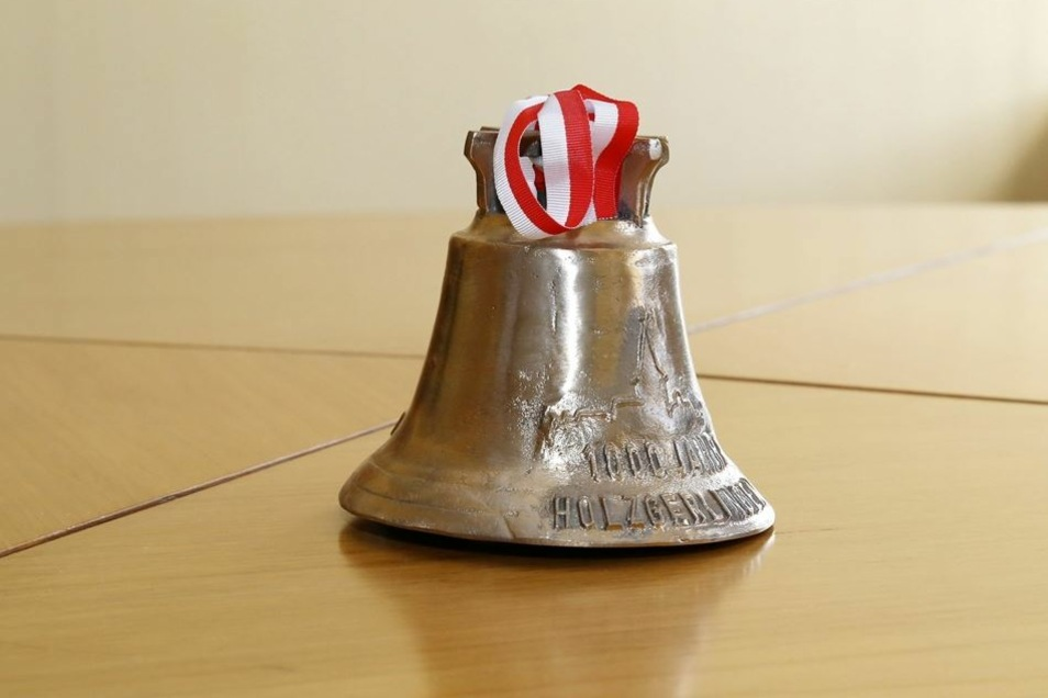 Anlässlich des 1000. Stadtjubiläums verewigte sich die Partnerstadt Holzgerlingen auf dieser messingfarbenen Glocke.
