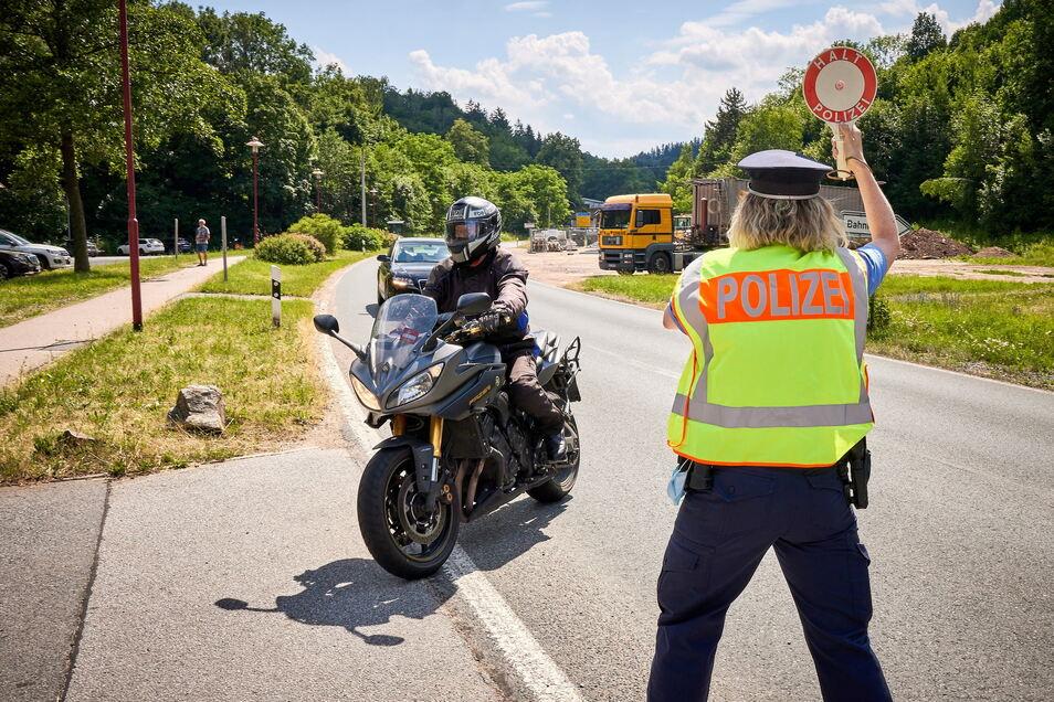 Großkontrolle der Polizei am Sonntag in Schlottwitz: Schwerpunkt sind die Motorradfahrer, aber nicht nur.