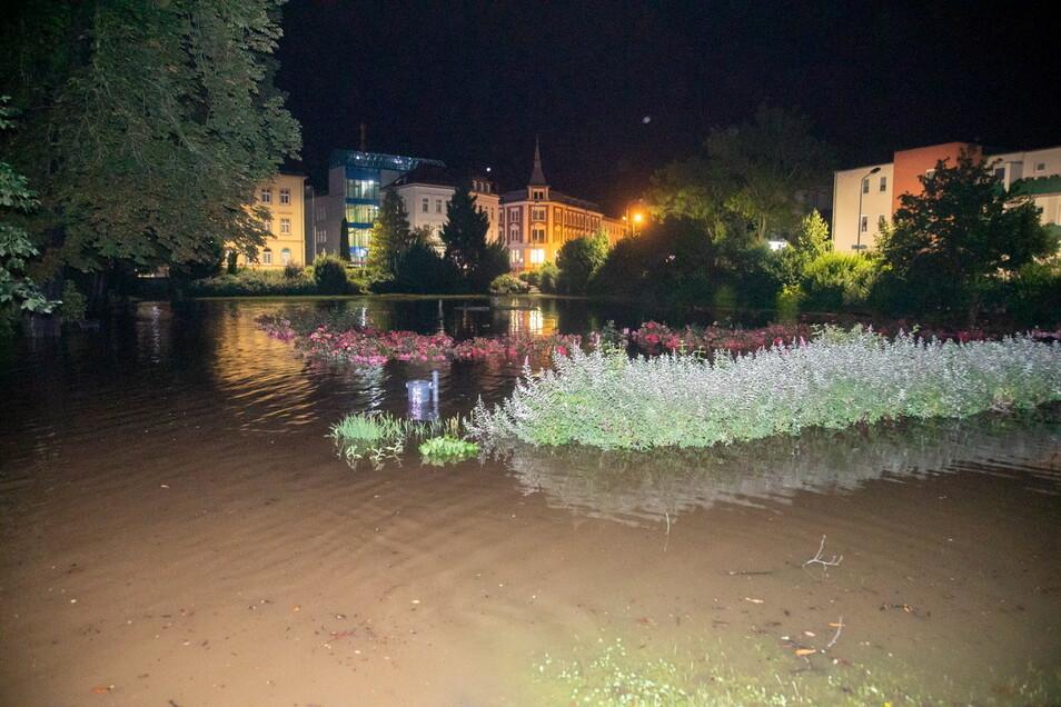 Dieser Platz in Bischofswerda glich in der Nacht zum Sonntag einer großen Wasserfläche.