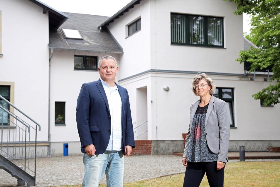 Geschäftsführer René Gubsch und Vorständin Kerstin Köhler vor der Volkshochschule in der Marie an der Klötzerstraße in Riesa.