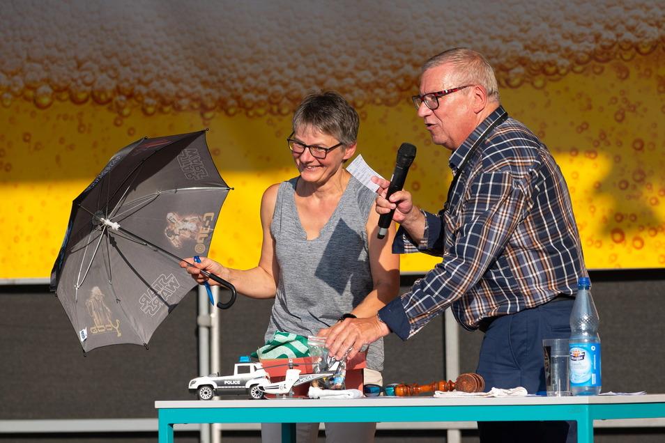 Neben Fahrrädern versteigerte OB Gerhard Lemm auch Spielzeug. Jutta Schmidt von der Stadtverwaltung assistierte ihm dabei.