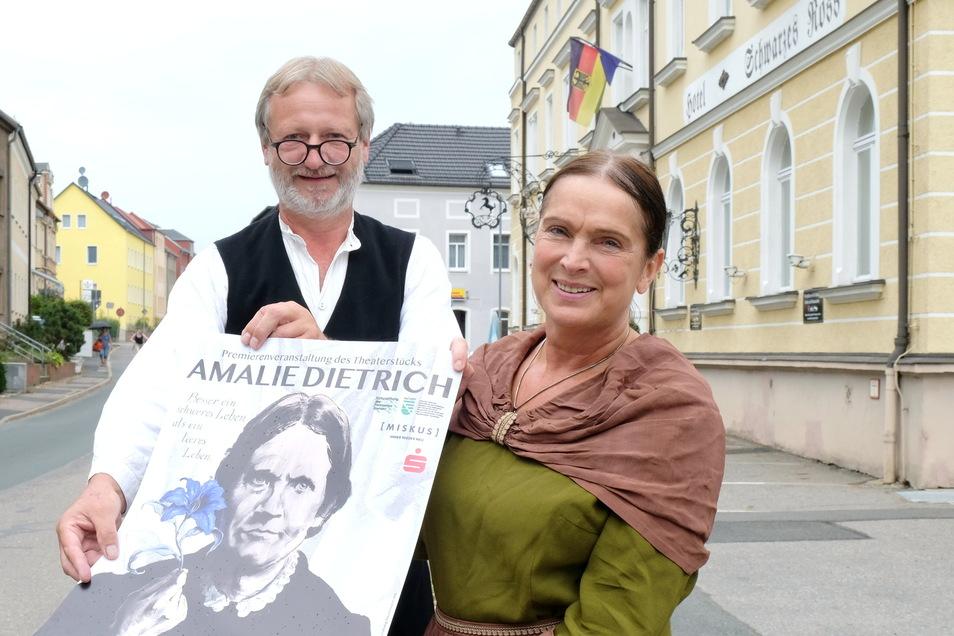 Romy Tischer als Amalie und Dietmar Lippert sind zwei der Laiendarsteller im Theaterstück über Amalie Dietrich in Siebenlehn.