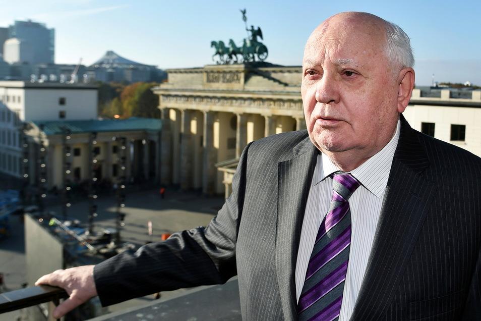 Michail Gorbatschow steht hoch über dem Pariser Platz, im Hintergrund ist das Brandenburger Tor zu sehen. 25 Jahre nach dem Fall der Mauer war er zu den Gedenkfeiern nach Berlin eingeladen worden.