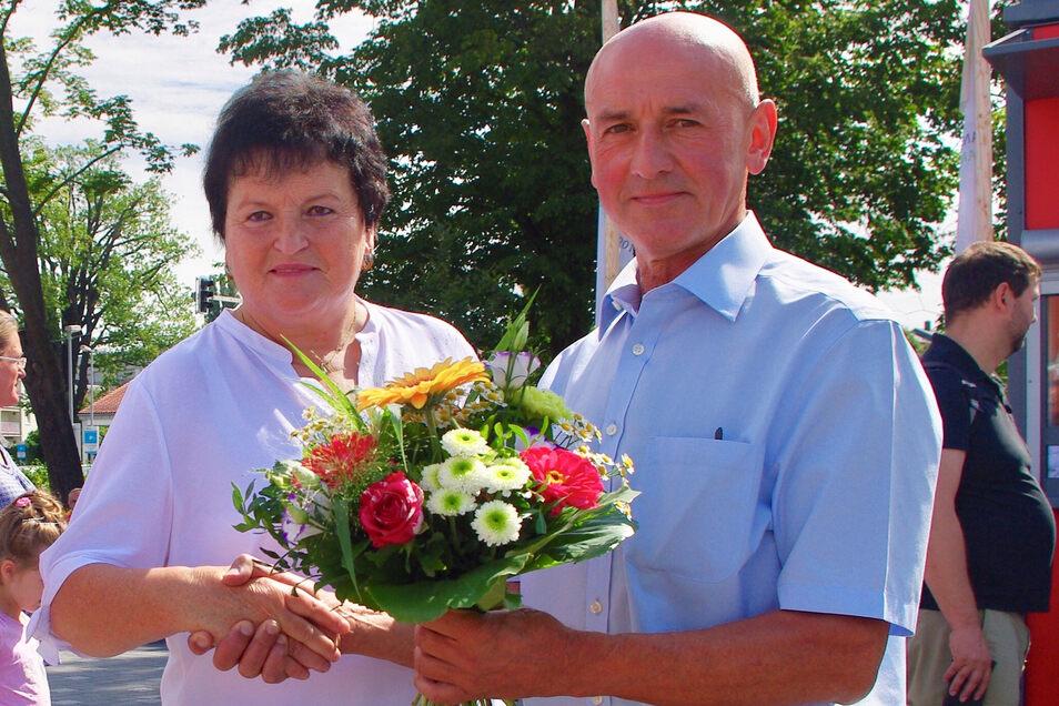 Gartenschaugeschäftsführer Lutz Raschke begrüßte Gabriele Neubert als 222 222. Besucherin der Landesgartenschau in Frankenberg.