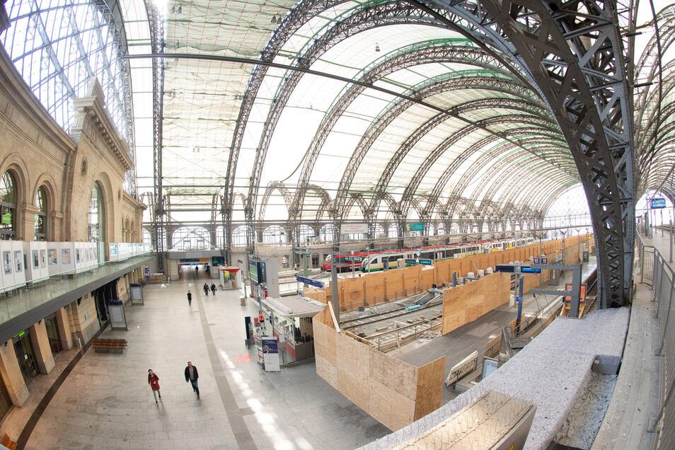 Am Rand der Bahnsteighalle wird im Hauptbahnhof noch an Gleisen gebaut, auf denen später auch Fernzüge halten sollen.