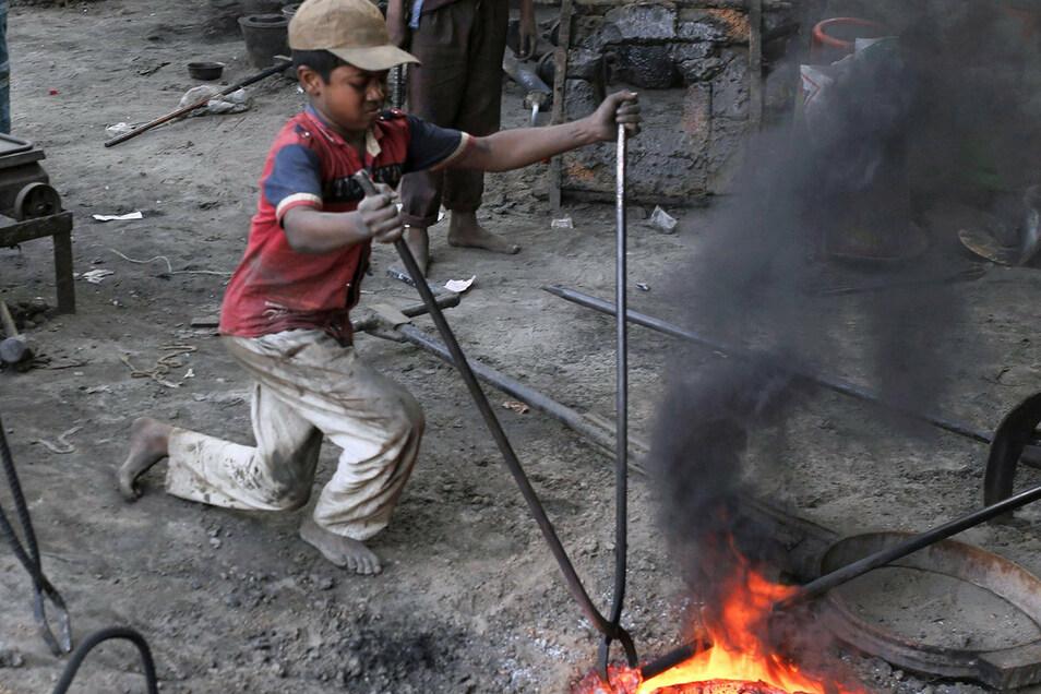 Der dreizehnjährige Azad arbeitet in Bangladesch in einer Metallwerkstatt, die für eine Werft die Schiffsschrauben herstellt.