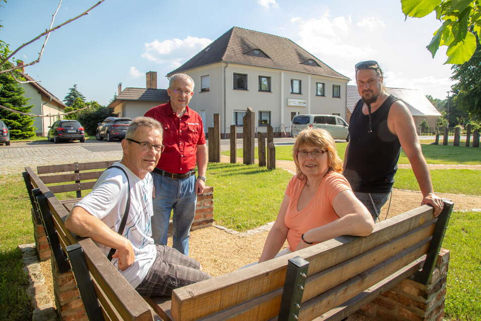 Dankbar zeigt sich Hartmut Schreiber (vorn links) gegenüber seinen Helfern Ingolf Drescher, Karin Vogt und Johannes Jurke (von links), die ihm in der Bäckerei Höfchen in Daubitz das Leben retteten.