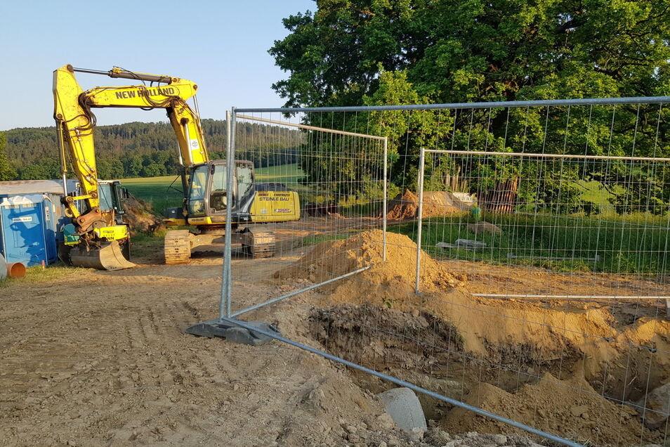 Bagger und Baumaschinen sind derzeit bei der alten Stieleiche nahe der Oberguriger Ortschaft Blumental im Einsatz. Sie verbessern dort den Hochwasserschutz.