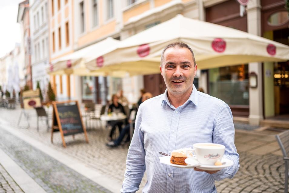 """Enrico Walkstein steht vor seinem """"Café Flair"""" in der Brüderstraße. Am Sonntag betreibt er es seit 25 Jahren."""