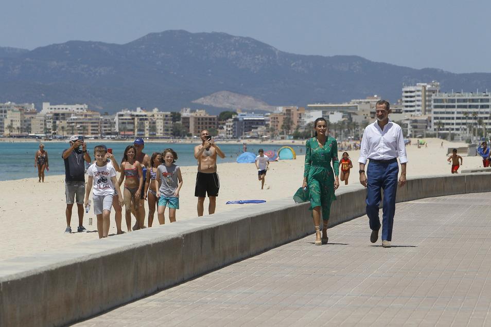 Königin Letizia und König Felipe  spazieren die Strandpromenade in Palma de Mallorca entlang.