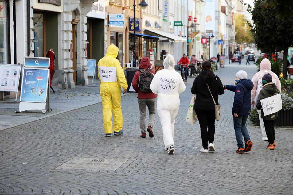 Maleranzüge und Slogans schwarz auf Weiß: Eine siebenköpfige Gruppe hat am Dienstag auf dem Boulevard mit ihrem Protest für Aufsehen gesorgt.