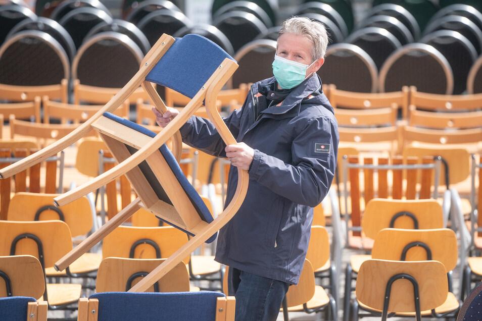 """Skisprung-Olympiasieger Jens Weißflog betreibt ein Hotel am Fuße des Fichtelberges. Mit der bundesweiten Aktion """"Leere Stühle"""" kämpft er um eine Perspektive für die Branche."""