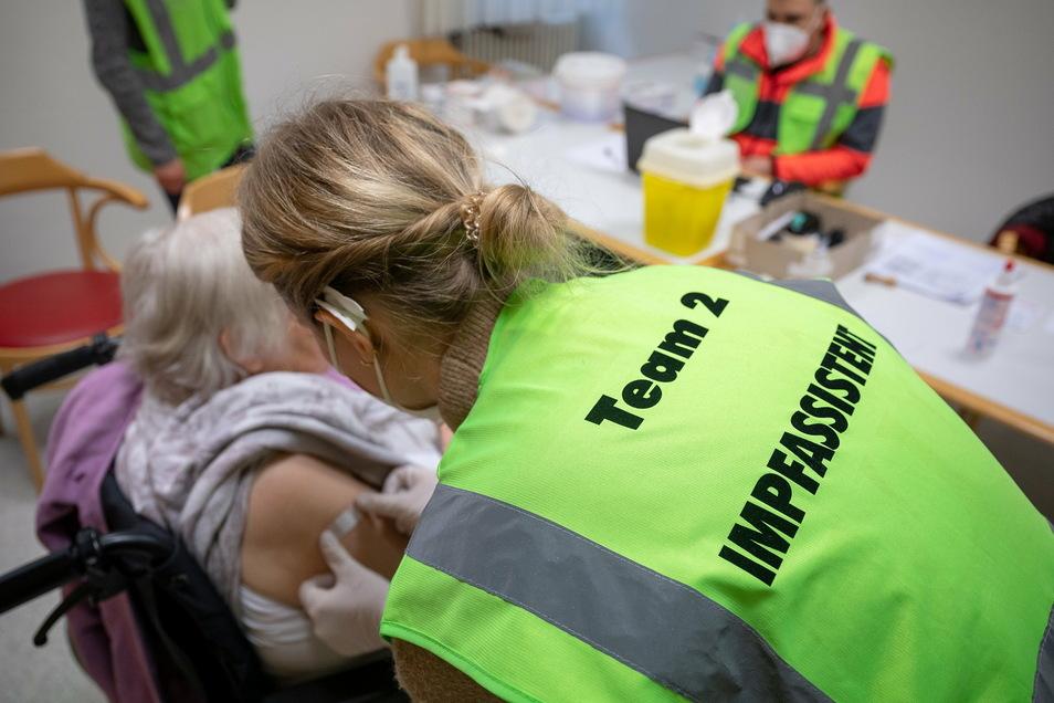Die Corona-Schutzimpfungen der Pflegeheim-Bewohner in Sachsen ist beinahe abgeschlossen. 95 Prozent der Senioren, die in stationären Pflegeeinrichtungen leben, haben mindestens die erste Impfdosis erhalten.