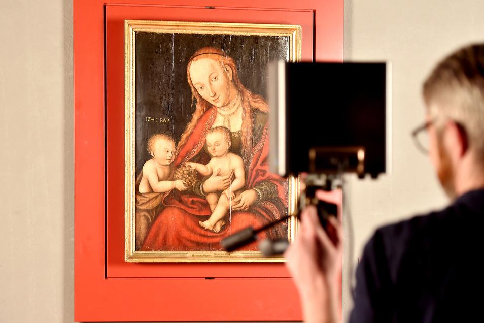 Kunsthistoriker Daniel Görres untersucht mit einer Infrarotkamera das Gemälde aus dem Jahr 1549.
