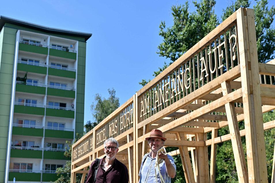 """""""Wandelgang"""" haben Geert van de Camp (l) und Andre Dekker von der niederländischen Künstlergruppe Observatorium ihre Installation genannt, die im Rahmen der Ausstellung """"Gegenwarten/Presences"""" im Zentrum von Chemnitz zu sehen ist."""