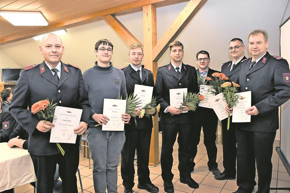 Die Ausgezeichneten und Beförderten: Jörg Koschkar, Hans Tresp, Jan Hedtke, Jonas Weiland, Stefan Krauz, Enrico Kluth und Henry Hauck (von links).