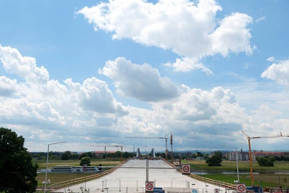 2012  Nach längerer Diskussion zwischen Sommer 2011 und 20. Januar 2012 entschied sich der Dresdener Stadtrat dafür den bisher schon inoffiziell verwendeten Namen Waldschlößchenbrücke als offizielle Bezeichnung der Brücke zu nehmen.
