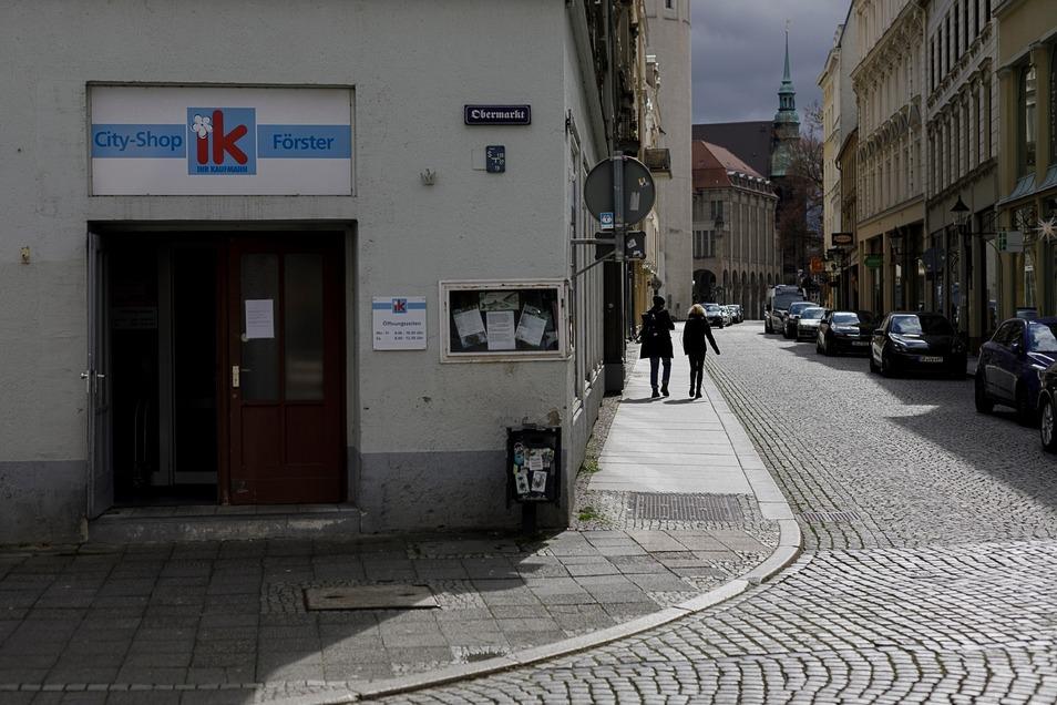 Blick in die leere Steinstraße.