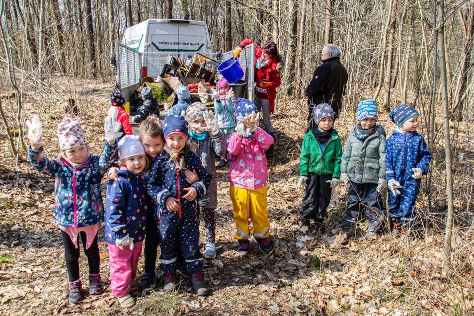 """Die Kinder der """"Ameisengruppe"""" der Kita """"Waldsee"""" taten gestern mit ihrer Müllsammlung im Wald am Rande von Bröthen/Michalken etwas für die Umwelt und hatten auch Spaß dabei."""