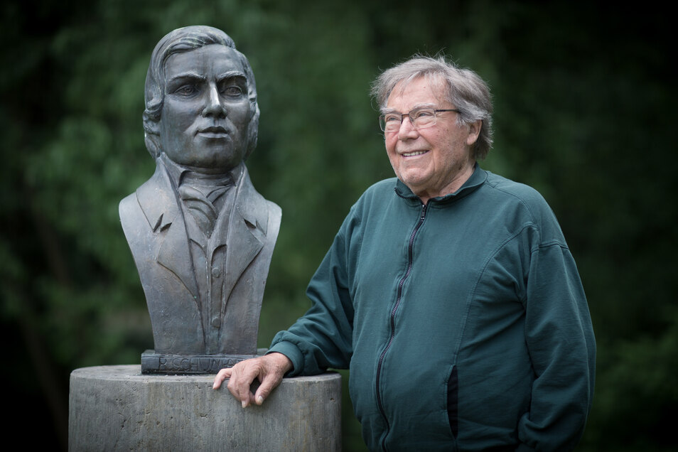Peter Schreier steht an der Büste Robert  Schumanns im Park von Kreischa.
