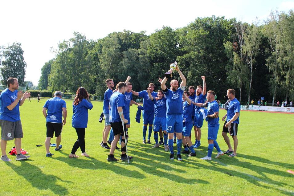 Wir haben den Pokal! Stephan Krondorf, Kapitän des Roßweiner SV, streckt die Trophäe im Jubelsturm der gesamten Mannschaft in den Himmel.