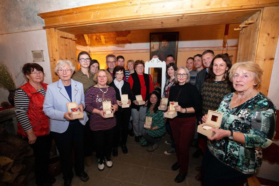 Sie leisten ehrenamtliches Engagement in und um Königstein: 20 Einwohnern wurde der diesjährige Ehrenamtstaler überreicht.
