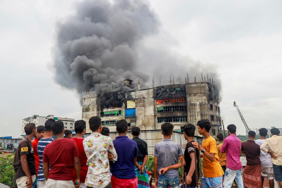Bei einem Brand in einer Lebensmittel- und Getränkefabrik außerhalb der bangladeschischen Hauptstadt Dhaka sind mindestens 52 Menschen getötet worden.