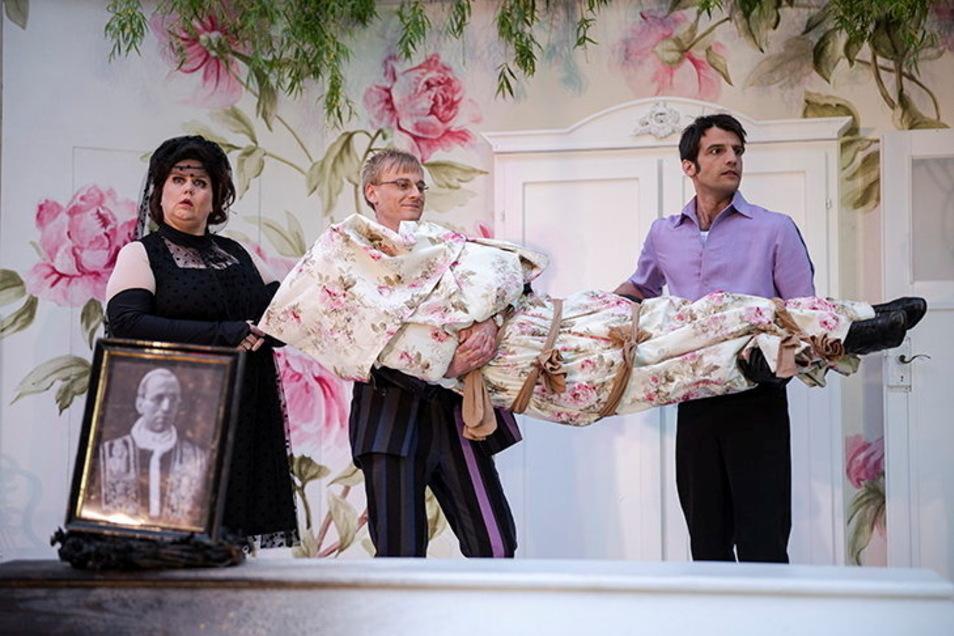 Die Leiche sorgt für große Komik. Die Krankenschwester (Patricia Hachtel) und die beiden Bankräuber (Paul Antoine Nörpel und Fabian Quast) versuchen, sie zu verstecken und zu tarnen.