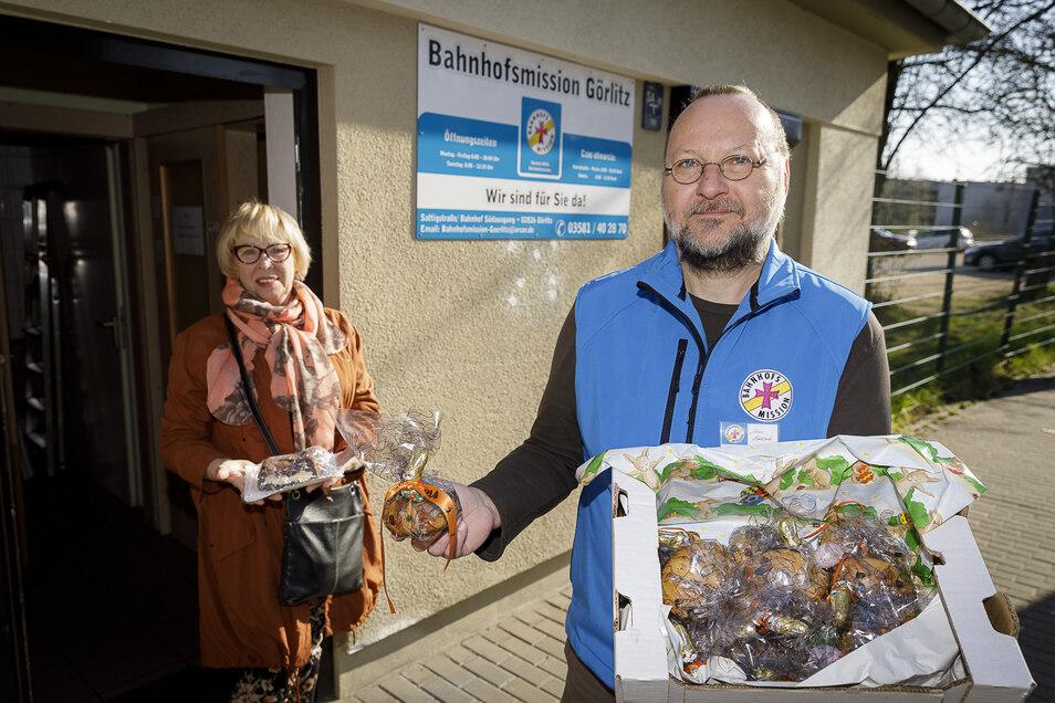 Uwe Bartsch von der Bahnhofsmission nimmt am Gründonnerstagmorgen die Spende mit Selbstgebackenem von Barbara Hartmann vom Viathea-Förderverein entgegen.