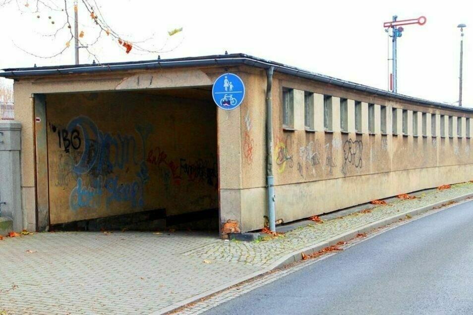 Im Tunnel hat der Mann eine Wand besprüht