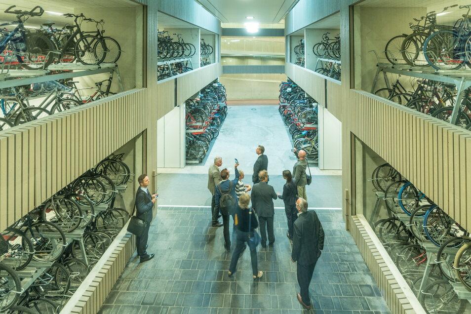 Im Sommer 2019 besuchte Sachsens Wirtschaftsminister Martin Dulig mit Unternehmern im niederländischen Utrecht das größte Fahrradparkhaus der Welt. In Sachsen steht bis heute nicht eines.