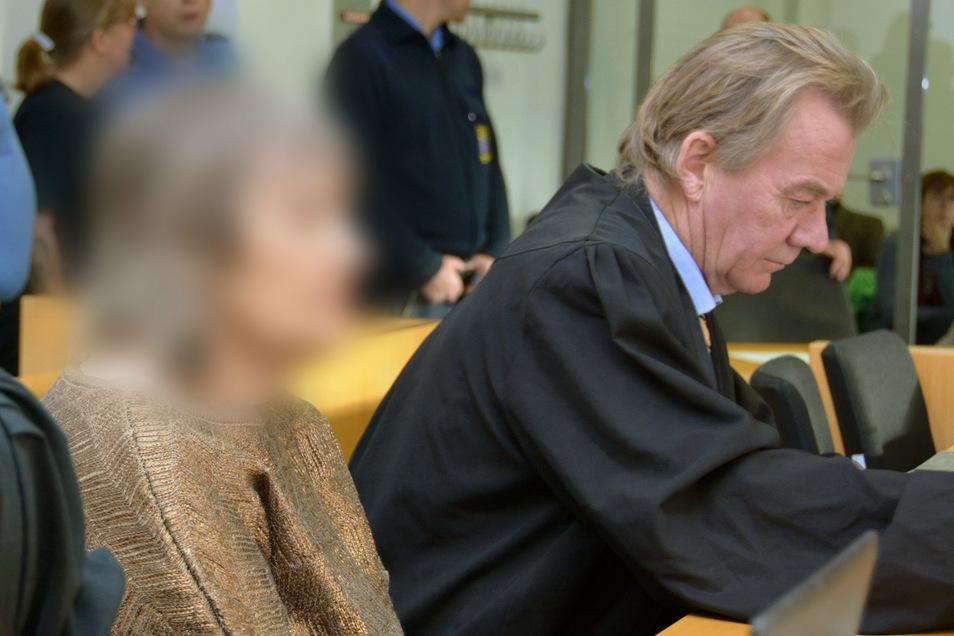 Die Angeklagte sitzt neben ihrem Anwalt Peter Hovestadt im Gerichtssaal.