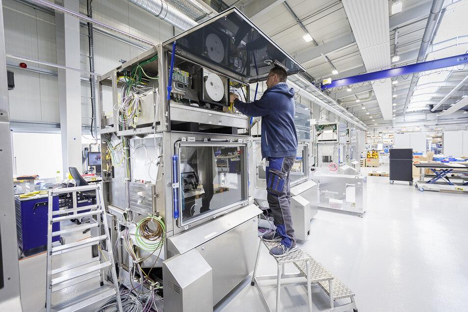 Marko Töpfer arbeitet am Prototyp für eine neue Generation von Isolatoren von Skan.