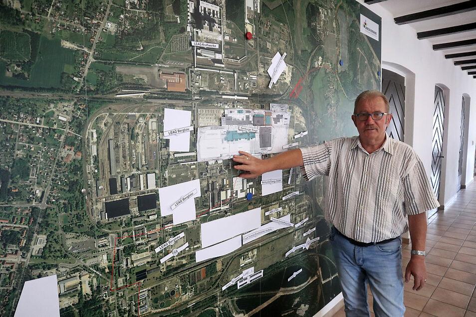 Manfred Heine zeigt auf eine Karte des Industrieparks Schwarze Pumpe. Als Strukturwandel-Projekt, so die Idee und Vision, könnte er dauerhaft viele neue Arbeitsplätze erbringen.