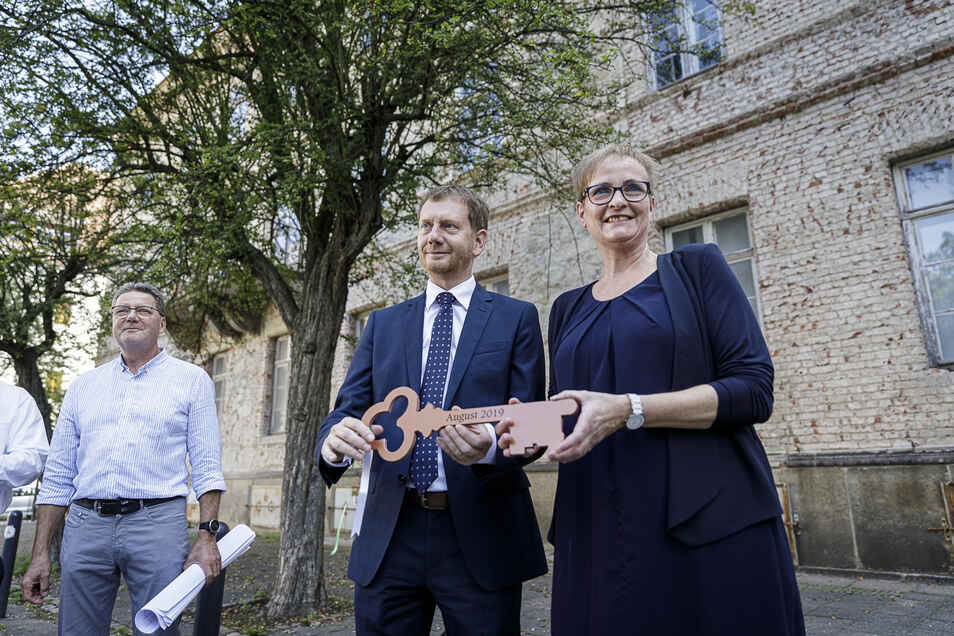 Pläne und Schlüssel in der Hand. Aber jetzt geht es mit der Sanierung der alten AOK, die zur Evangelischen Oberschule werden soll, erst mal nicht weiter.