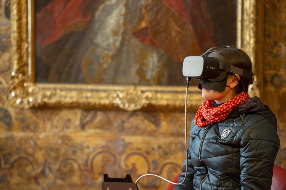 August der Starke war weit über die Grenzen Sachsens hinaus für seinen prunkvollen Hof bekannt. Mittels einer dieser Virtual-Reality-Brillen können Besucher in das Hochzeitsfest seines Sohnes mit der österreichischen Kaisertochter Josepha im Jahr 1719 eintauchen.
