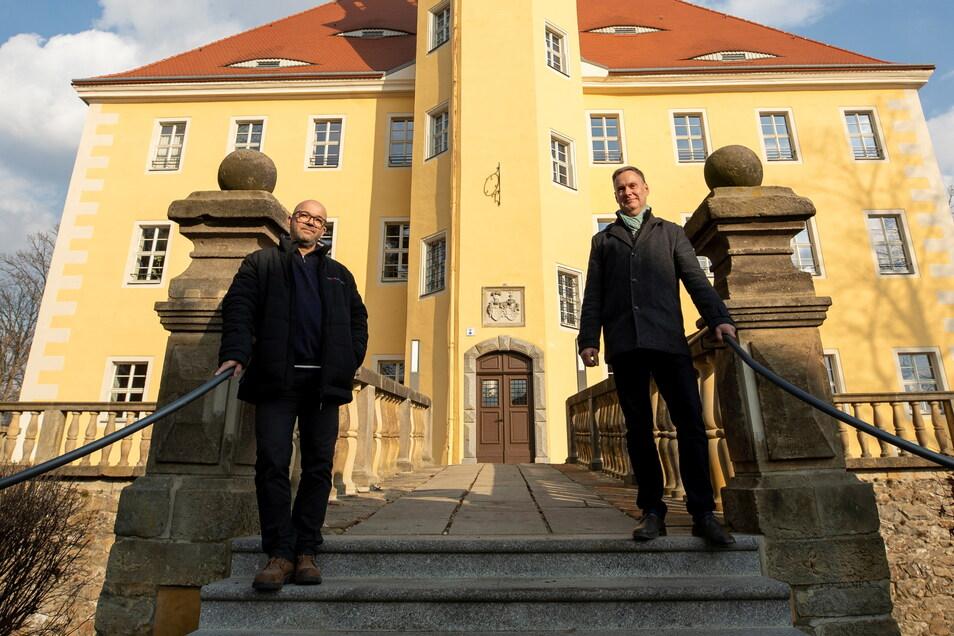 Rico Schneider (rechts) und Falk Köhler vom Förder- und Heimatverein Schloss Langburkersdorf am Eingangsportal.