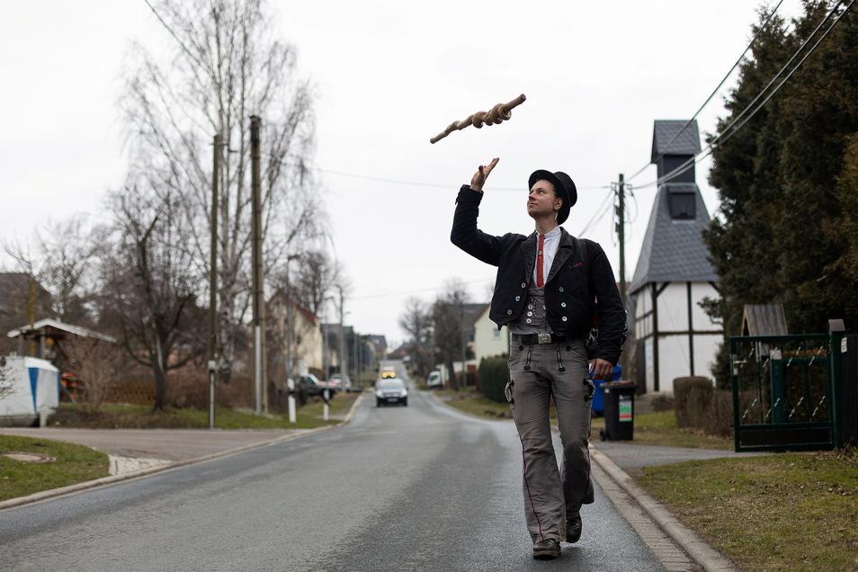 Die Heimat für die ganze Welt getauscht: Steinmetz Vitus aus Niederbayern marschiert durch Karsdorf. Die örtliche Schmiede hat den Wandergesellen für ein paar Tage aufgenommen.