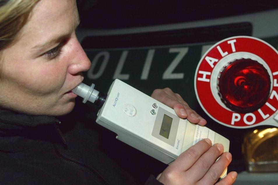 Die Polizei kontrollierte am Donnerstag in Wilthen einen Autofahrer, ob er zuviel getrunken hatte. (Symbolbild)