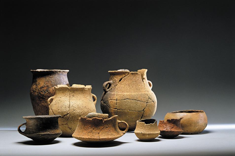 1996 wurden bei Ausgrabungen nordwestlich von Kauscha diese frühbronzezeitlichen Keramikgefäße der Aunjetitzer Kultur (2.200-1.600 v.Chr.) gefunden.