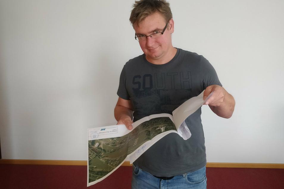 Unternehmer Hendrik Schwarz mit Planungsunterlagen. Mit der Bahn fährt das Erz günstiger.