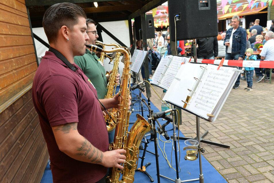 Beim Herbstfest in Possendorf am Kirchplatz spielten die Poisentaler Blasmusikanten hinter Absperrbändern.