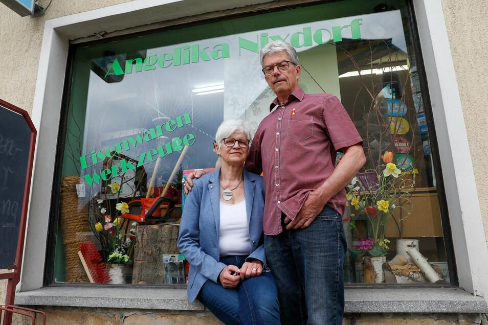 Angelika und Sigmar Nixdorf vor ihrem Geschäft in Hirschfelde.